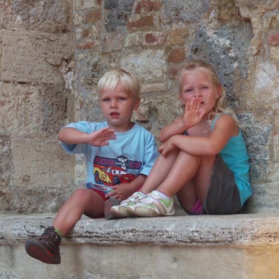 Shannon en Finn op een muurtje in Florence