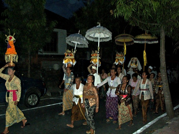 Religieuze optocht in Bali