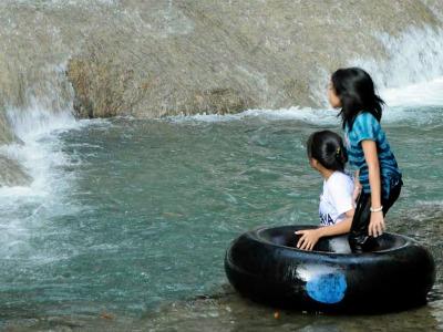 Spelen bij een waterval