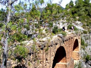Wandelen over een oude brug in de natuur in Spanje