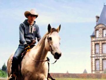 Paardrijden voor het kasteel bij Les Bois-Francs