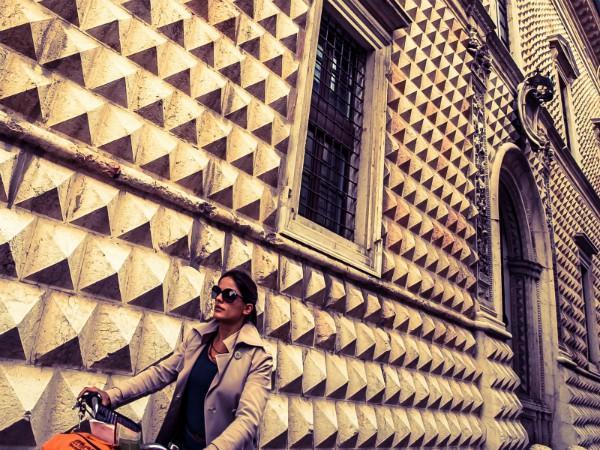 Fietsen langs het Palazzo dei Diamanti in Ferrara