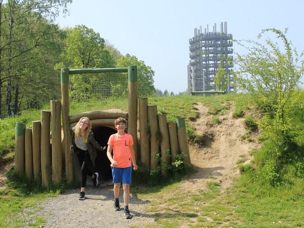 Kinderen komen uit kruiptunnel bij uitkijktoren Natuurpark Panarbora