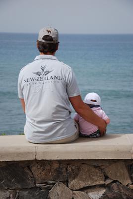 Uitkijken over zee met papa