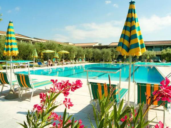 Zwembad bij Parc hotel Oasi