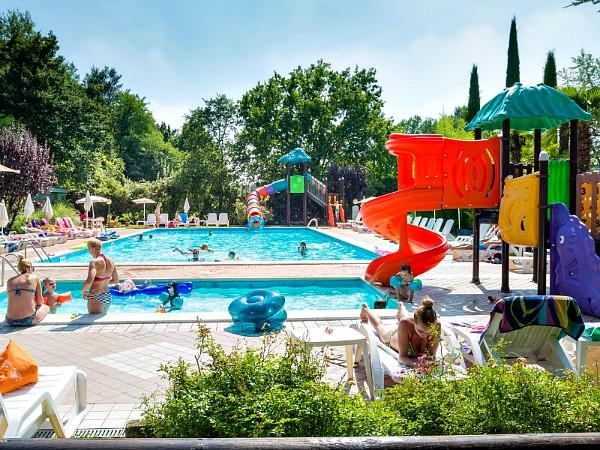 zwembadje met glijbanen aan het gardameer