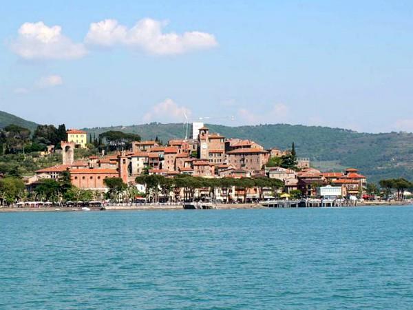 Passignano, gezien vanaf het meer van Trasimeno