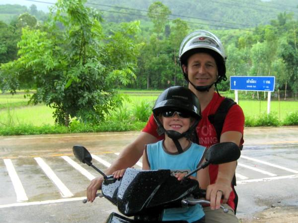 Patrick met Zeb op de scooter in Thailand