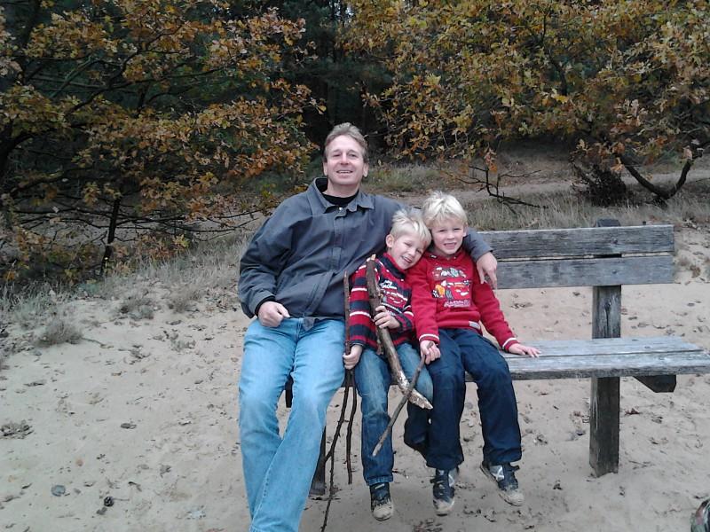 Met de kids op een bankje in de herfst