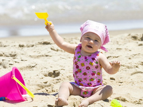 pharos reizen baby op het strand