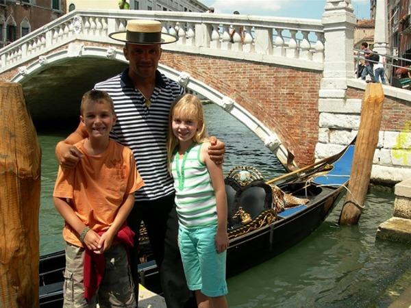 Poseren met een gondelier in Venetië