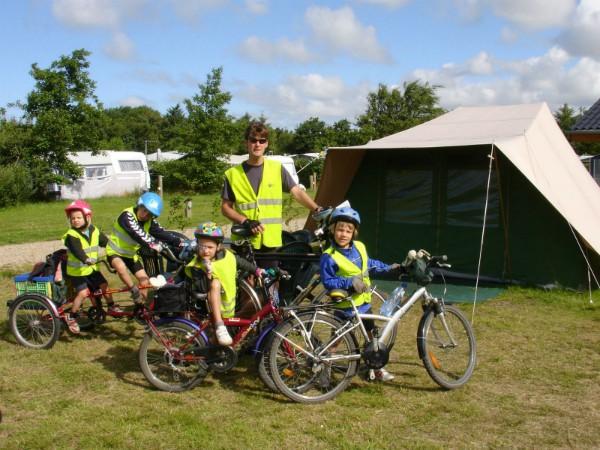 De kinderen staan klaar om te gaan fietsen!