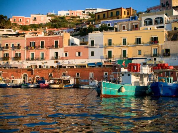 Kleurrijke baai op het eiland Ponza