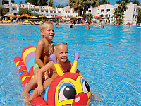Zwembad bij Club Cabanas