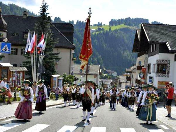 Processie in het gezellige dorp St Cristina