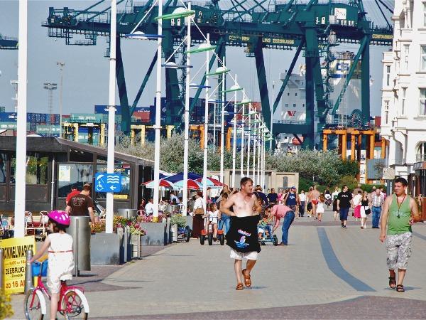 De promenade in Zeebrugge, met de kranen in de haven op de achtergrond