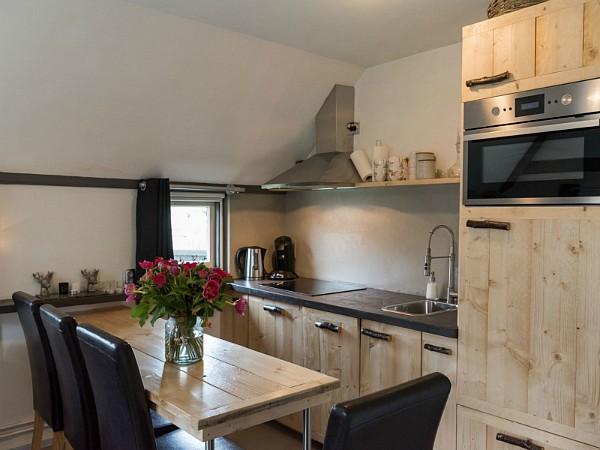 Goed uitgeruste keuken met zithoek bij Puur Terschelling