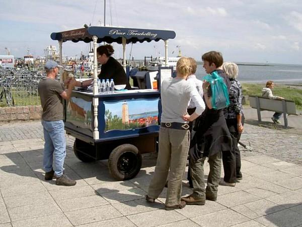 Genieten van een lekker ijsje van de authentieke ijscokar van Puur Terschelling!