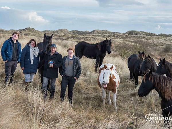 De familie Bierema in de duinen met hun paarden.