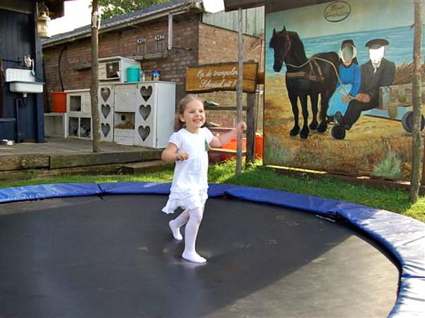 Lekker springen op de trampoline bij Puur Terschelling