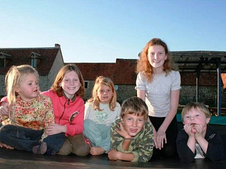 De kinderen op de trampoline bij Puylagorge