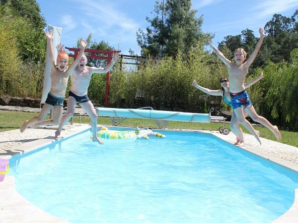 jump in het zwembad quinta japonesa
