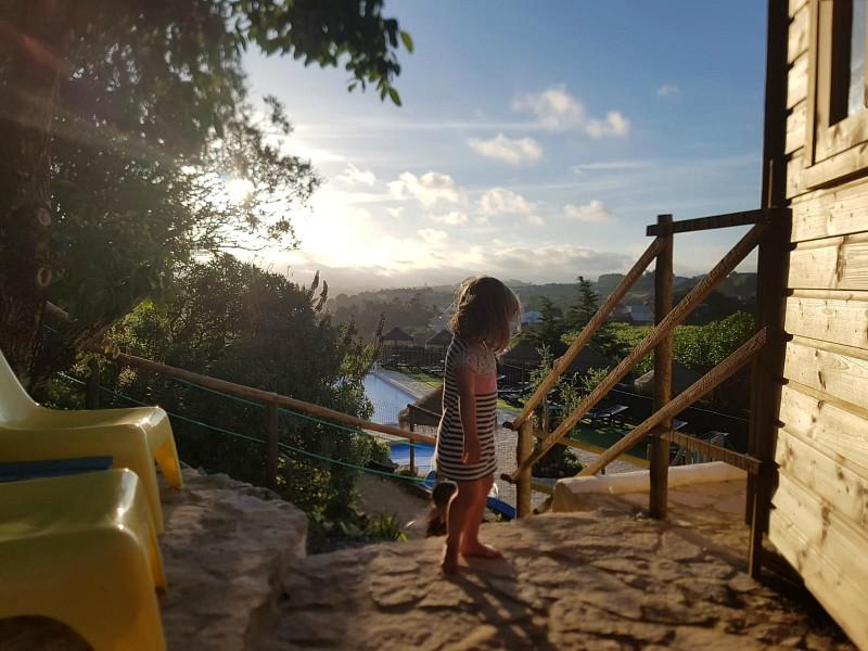 peuter bij de accommodatie met uitzicht op landschap en zwembad