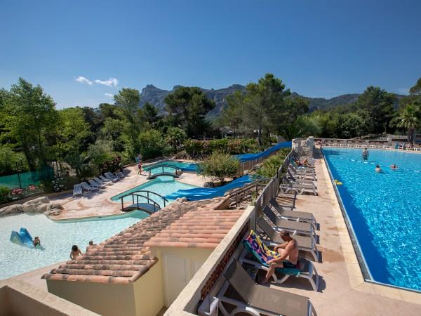Zwembad met uitzicht op de bergen