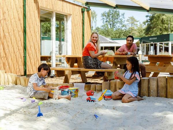 Overdekt spelen in de zandbak bij Camping De Noordster