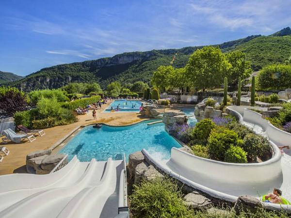 Zwembad met glijbanen op de camping