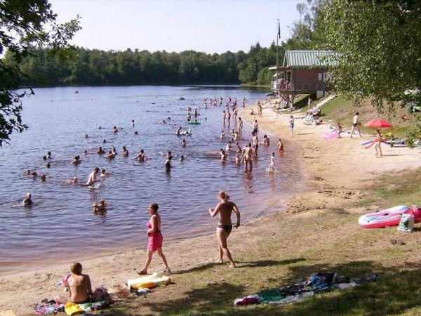 Het recreatiemeer vlakbij de vakantiewoning