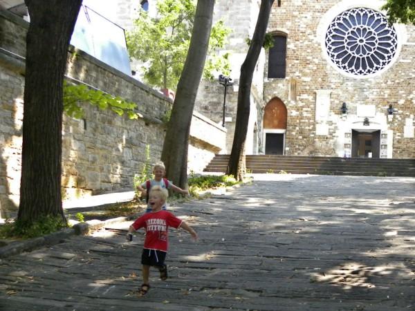 Rennen bij de St Justus Kathedraal in Triëst
