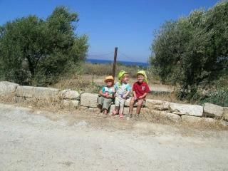 Kids op een muurtje op Rhodos