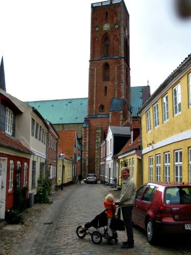 We wandelen naar de kathedraal van Ribe