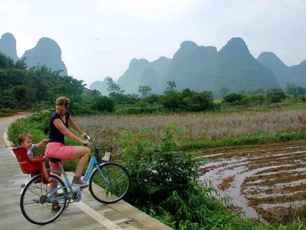 Met de kleine op de fiets door de Chinese rijstvelden