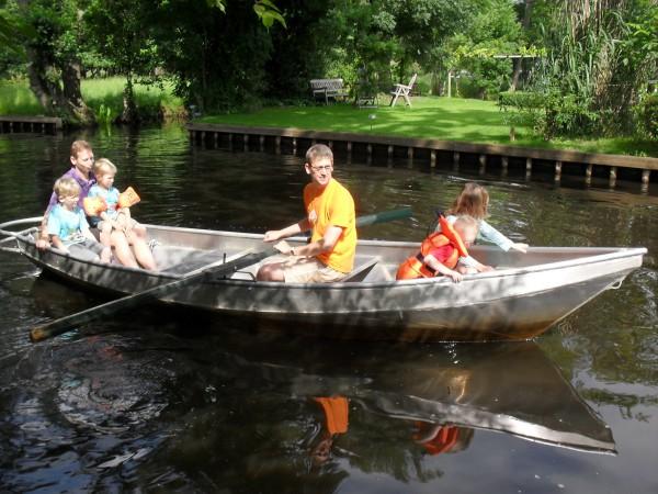 De papa's gaan met de kinderen roeien in Giethoorn