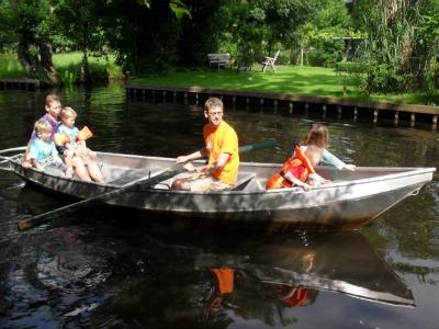 De papa's roeien met de kids in Giethoorn