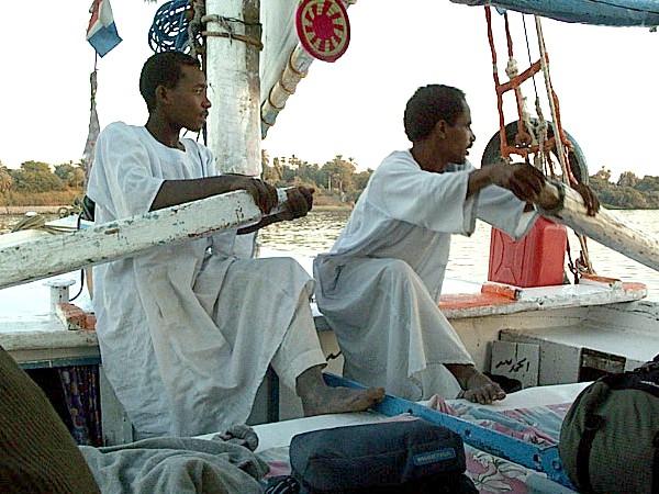 Geen wind dus roeien in de felucca op de Nijl