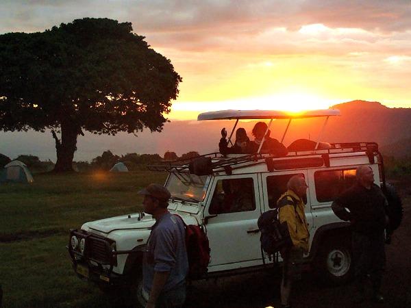 's Morgens vroeg in de Jeep naar de Ngorongoro krater