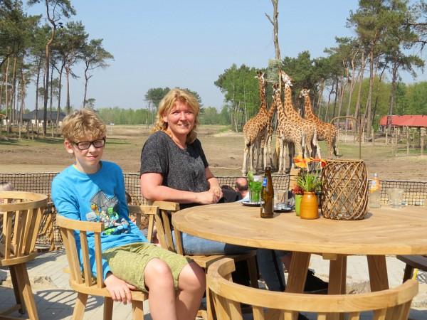 Op het terras van Safari Resort Beekse Bergen bij de giraffen