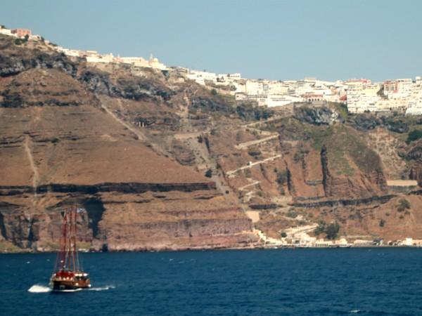 De krater waar Santorini op ligt vanaf de zee gezien