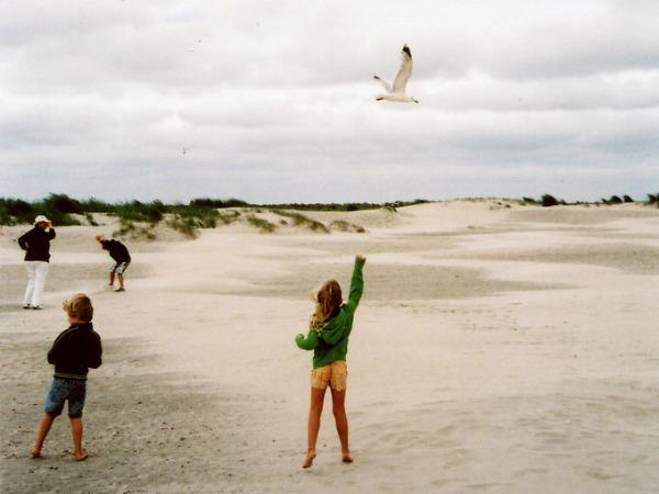 Spelen op het brede strand van Schiermonnikoog