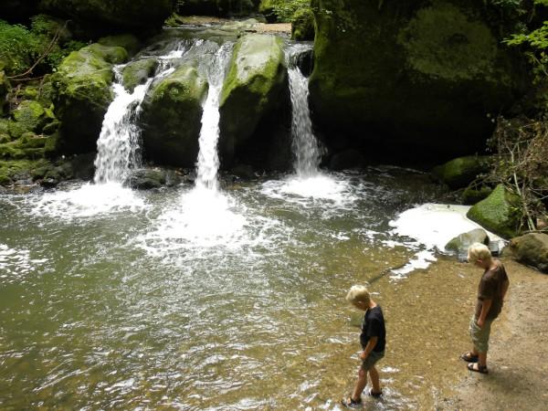Pootje baden bij de Schiessentumpel watervallen