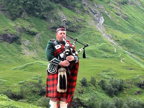Schotse doedelzakspeler in de highlands