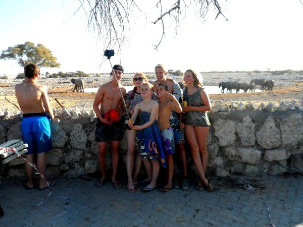 Poseren met de dieren bij een resort in Etosha