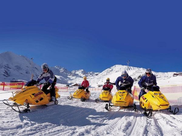 Een speciaal sneeuwscooter parcours voor kinderen!