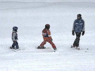 Een skiklasje met kinderen