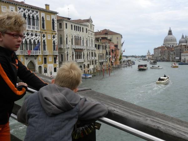 Zeb en Tycho op één van de bruggen in Venetië