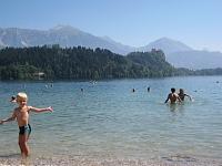 Spelen in het meer van Bled in Slovenië
