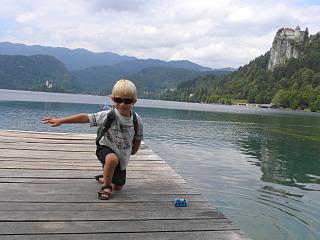 Tycho spettert ons nat bij het meer van Bled
